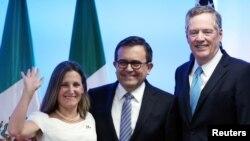 La canciller de Canadá Chrystia Freeland, el ministro de Economía de México Ildefonso Guajardo y el representante comercial de EE.UU. Robert Lighthizer posan para los fotógrafos al cierre de la segunda ronda de conversaciones para la renegociación del Tratado de Libre Comercio de América del Norte, TLCAN., en Ciudad de México. Sept. 5, 2017.