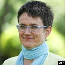 Bà Graff cho VOA Việt Ngữ biết rằng Viện Báo chí Điều tra Schuster đã nghiên cứu hàng trăm trang tài liệu có được từ yêu cầu tiếp cận thông tin theo Đạo luật Tự do Thông tin.