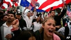 Warga Hispanik melakukan unjuk rasa menuntut hak-hak imigran di Chicago (foto: dok). Populasi warga Hispanik di AS terus melonjak.