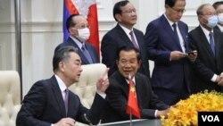 中國外交部長王毅和柬埔寨總理洪森10月12日在和平宮舉行會談。