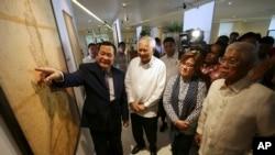 2014年9月11日,在菲律賓舉辦的有關南中國海島嶼主權歷史問題展覽上,菲律賓外交部長羅薩里奧(左二)、司法部長德利馬(右二)和國防部長加斯明(右)在一幅古地圖前聽取最高法院大法官卡皮奧的解說。