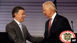 Wapres AS Joe Biden (kanan) berjabat tangan dengan Presiden Kolombia, Juan Manuel Santos di Bogota, Rabu (18/6).