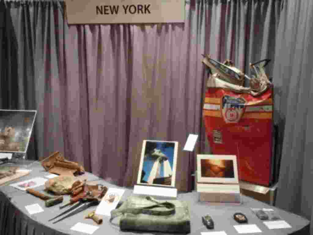 ميز نيويورک اشيايی از حملات تروريستی يازدهم سپتامبر به مرکز تجارت جهانی را تشان می دهد