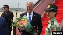 Američki sekretar za odbranu, Džim Matis, prima buket cveća nakon što je stigao na aerodrom u Pekingu, Kina, 26. juna 2018.