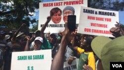 Abanye akade betshengisela ngoLwesihlanu besithi uNkosikazi Eunice Sandi Moyo lo Sarah Mahoka kumele baxotshwe kubandla leZanu PF.