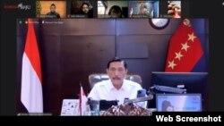 Menko Marves Luhut Binsar Panjaitan dalam telekonferensi pers di Jakarta, Kamis (1/7) menargetkan PPKM Darurat bisa turun kasus harian covid di bawah 10.000 kasus. (Foto: VOA)