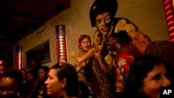 Des spectateurs dansent lors d'une performance de du groupe Wato dans un bar Saint-Louis, à Dakar, Senegal, 18 mai 2013.