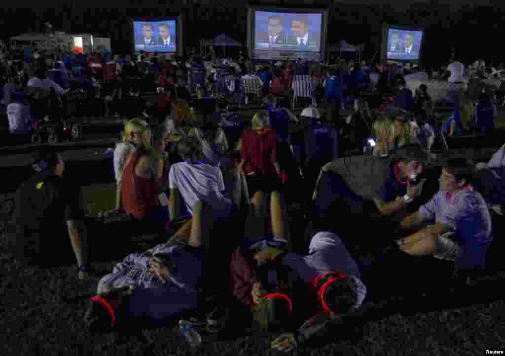 22일 미 플로리다주에서 린 대학교에서 열린 대선 후보 최종 토론회장 밖에서 대형 화면으로 토론회를 지켜보는 주민들.