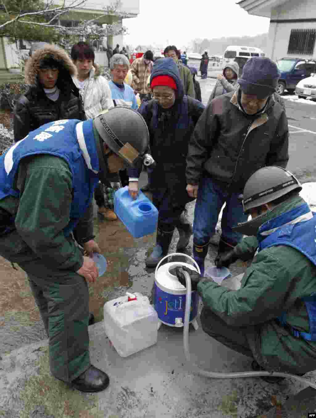 Очередь за водой при убежище для пострадавших от землетрясения. 17 марта 2011 год