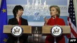 Trong một cuộc họp báo Ngoại trưởng Clinton (phải) nói rằng Hoa Kỳ và EU là nđối tác để đối phó với những vấn đề toàn cầu cũng như giải quyết những khó khăn cấp vùng