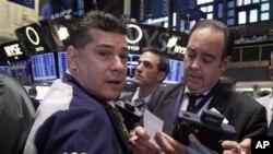 Para pialang di lantai Bursa Saham New York (NYSE) di Wall Street, April 2012.