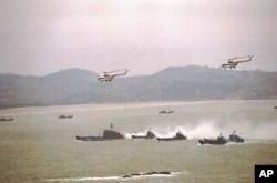 资料照片:官方新华社公布显示中国军队1996年3月18日到25日期间进行海陆空协同作战登陆演习的照片。(1996年3月25日)
