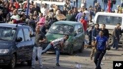 이집트 알렉산드리아에서 무함마드 무르시 대통령의 지지자들과 충돌해 투석전을 벌이는 반정부 시위대