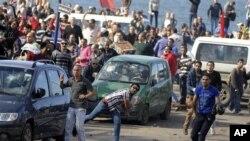 Người biểu tình ném đá trong cuộc đụng độ giữa những người ủng hộ và phản đối Tổng thống Mohammed Morsi ở Alexandria, Ai Cập, ngày 23/11/2012.