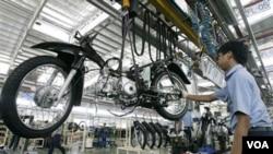 Sebuah pabrik otomotif di Karawang, Jawa Barat. Peningkatan prasarana diharapkan akan membuat pertumbuhan sektor rill dapat menjalar ke daerah-daerah lain.