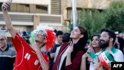 تعدادی از ایرانی ها، قبل از تماشای رقابت ایران با مراکش در سینمای آزادی شهر تهران