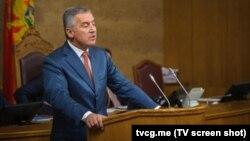 """Milo Đukanović tokom današnjeg """"premijerskog sata"""" (Foto: rtcg.me)"""