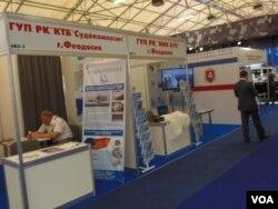 夏季举行的莫斯科武器展上,几家克里米亚军工企业的展台 (美国之音白桦)