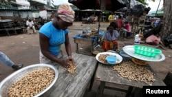 Des marchandes de cacahuètes au marché de Treichville, en Côte d'Ivoire, le 2 novembre 2010.