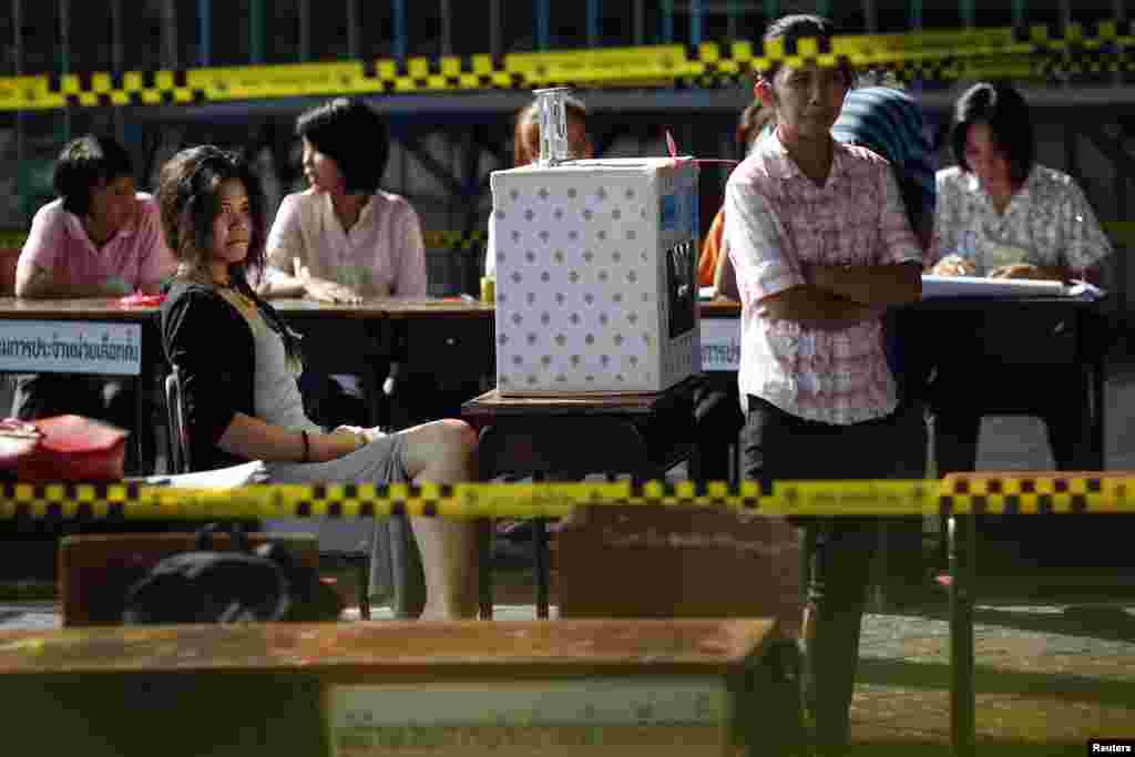 Officials wait for voters at a polling station, in Bangkok, March 30, 2014.