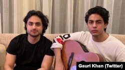 دائیں جانب موجود آریان خان کی گرفتاری کا معاملہ بھارت میں موضوع بحث بنا ہوا ہے۔