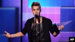 Justin Bieber accepts the award for favorite male artist - pop/rock at the 40th Annual American Music Awards in Los Angeles, November 18, 2012.