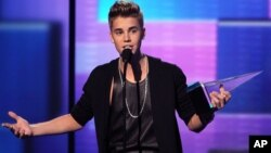 Justin Bieber accepts the award for favorite male artist - pop/rock at the 40th Annual American Music Awards Nov. 18, 2012, in Los Angeles.