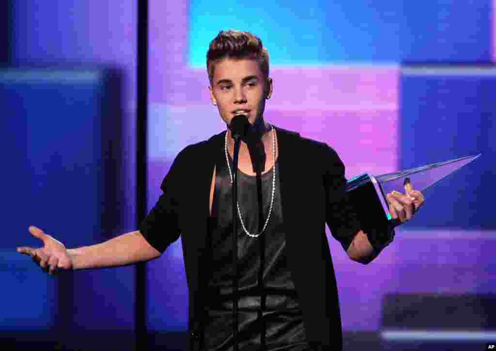 Justin Bieber acepta emocionado el premio como Mejor Artista Masculino poo/rock.