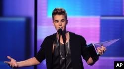 Justin Bieber ໄດ້ຮັບລາງວັນຊະນະເລີດຂອງສິນລະປິນຊາຍ ໃນແນວເພງ pop/rock ແລະລາງວັນ ນັກສິນລະປີນຊາຍດີເດັ່ນ ປະຈໍາປີ ຢູ່ນະຄອນ Los Angeles ໃນວັນມອບລາງວັນ American Music Awards ປີທີ 40, ວັນອາທິດ ທີ 18 ພະຈິກ 2012.