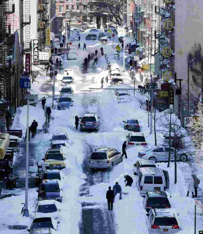 گورنروں اور میئروں نے شہریوں پر زور دیا ہے کہ وہ فی الحال گاڑیاں چلانے سے گریز کریں تاکہ شاہراہوں اور گلیوں سے برف ہٹانے کا کام مکمل کیا جا سکے۔