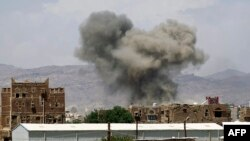 Những cột khói bốc lên từ tòa nhà sau cuộc không kích do Liên minh Ả Rập Xê-út dẫn đầu thực hiện ở phía bắc thủ đô Sana'a, ngày 29/92015.