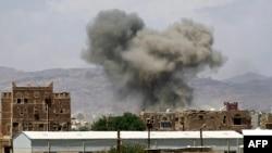 据报由沙特领导的空袭击中也门首都萨特以北的戴拉米空军基地武器库。 (2015年9月29日)