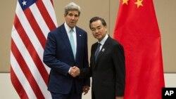 美國國務卿克里與中國外長王毅。(資料照片)