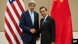 2014年8月9日在第47届东盟外长会议期间美国国务卿约翰·克里(左)和中国外交部部长王毅握手(资料照片)