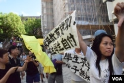 親建制陣營人士到港大示威,與撐黃傘、支持港大學生的人士對罵。(美國之音湯惠芸)