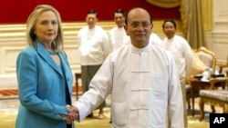 U.S. Secretary of State Hillary Clinton shakes hands with Myanmar's President Thein Sein during a meeting in Naypyitaw, December 1, 2011