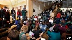 Des étudiants suivent une conférence à l'université de Californie, 28 novembre 2011. Photo/Rich Pedroncelli)