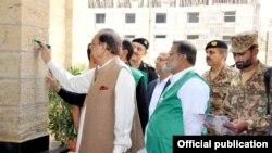 صدر ممنون حسین کراچی میں اسٹیٹ گیسٹ ہاؤس پر نمبر لگا کر خانہ شماری کا افتتاح کر رہے ہیں۔
