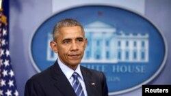 Presiden AS Barack Obama menyimak saat ia ikut serta dalam konferensi persnya terakhir tahun ini di Gedung Putih (16/12). Washington, D.C. (foto: REUTERS/Carlos Barria)