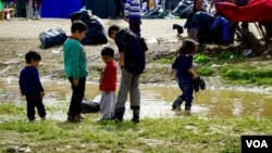 Children play at Idomeni refugee camp on the Greece-Macedonia border, March 8, 2016. (Jamie Dettmer for VOA)