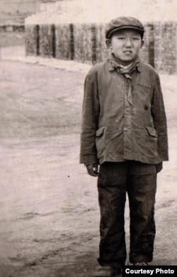 """在1958年席卷藏区的""""宗教改革""""中,年少的阿嘉仁波切被迫脱下袈裟,换上毛式制服,戴上红领巾。(阿嘉仁波切提供)"""