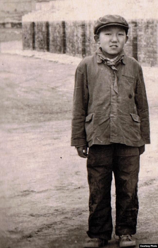"""在1958年席捲藏區的""""宗教改革""""中,年少的阿嘉仁波切被迫脫下袈裟,換上毛式製服,戴上紅領巾。 (阿嘉仁波切提供)"""