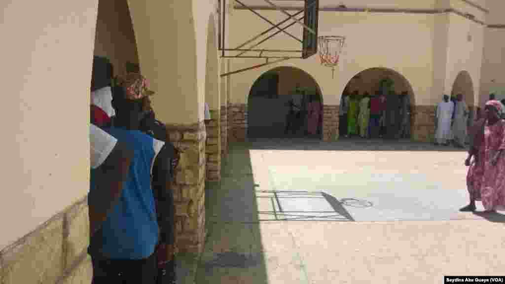 À Saint-Louis, à la mi-journée, maigre affluence au centre de vote Cheikh Touré de Nguet-Ndar, au Sénégal, le 30 juillet 2017. (VOA/Seydina Aba Gueye)