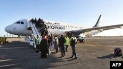 L'embarquement des passagers à Mitiga, à bord de l'Airbus A320 de Afriqiyah Airways.