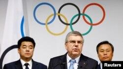 Presiden Komite Olimpiade Internasional (IOC), Thomas Bach memberikan keterangan kepda media seusai pertemuan dengan Komite Nasional Olimpiade (NOC) Korea Selatan (ROK), NOC Korea Utara (DPRK) dan delegasi dari Komite Organisasi Olimpiade PyeongChang 2018 (POCOG) di Olympic Museum, Lausanne, 20 Januari 2018.