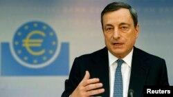 Presiden Bank Sentral Eropa Mario Draghi (foto: dok). ECB akan melakukan pengawasan terhadap 120 bank terbesar di Eropa.