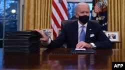 2021年1月20日宣誓就职后美国总统拜登签署一系列行政命令包括决定重新加入《巴黎气候协定》。