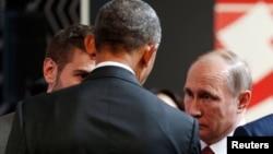 Presiden AS Barack Obama berbicara dengan Presiden Rusia Vladimir Putin di sela-sela KTT APEC di Lima, Peru hari Minggu (20/11).