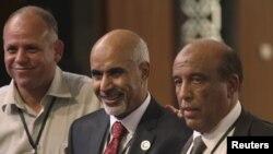 Mohammed el-Magarif (tengah) berpose dengan para anggota Kongres Libya pasca pemilihan Ketua Kongres di Tripoli (9/8).