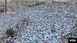 Sekitar 2,5 juta jemaah haji berbondong-bondong bergerak menuju Masjid Namira di Padang Arafah untuk melakukan sholat Zhuhur pada hari Senin waktu setempat.